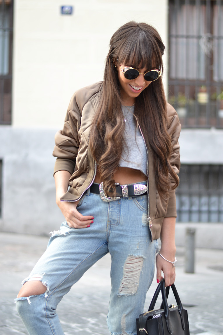 Street style outfit, bomber jacket, ripped jeans, running sneakers, crop top, pandora bracelet, casual look