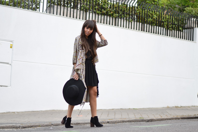 Street style, outfit, fluid trench, print trench, black hat, black boots, black dress, daniel wellington, la redoute boots, pippa jeans bracelet, fringed bag