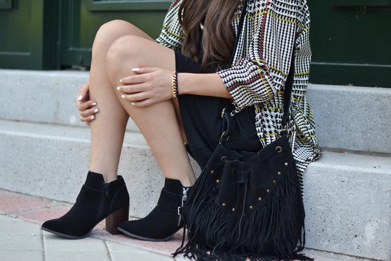 Street style, outfit, fluid trench, print trench, black hat, black boots, black dress, daniel wellington, la redoute boots, pippa jeans bracelet, fringed bag