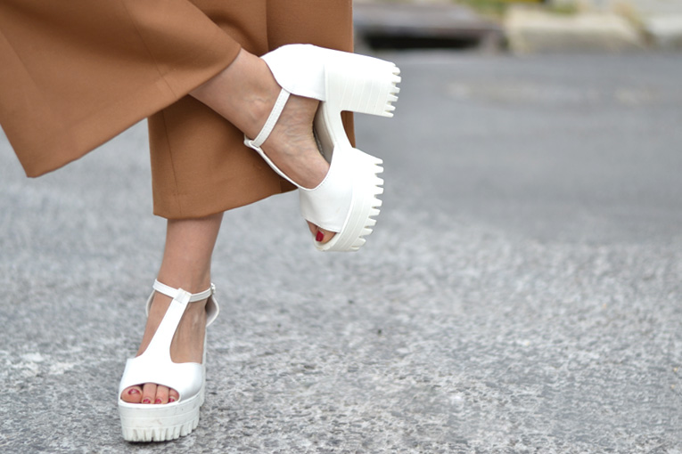 street style, culotte pants, chunky shoes, white sandals