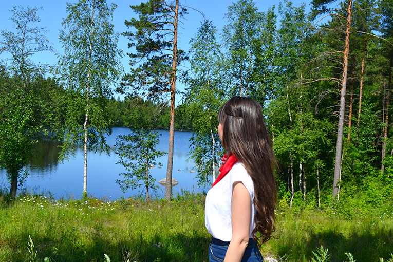 Finland, Mikkeli, travel, street style, bandana, red bandada, scarf in the neck, high waist pants, white sneakers