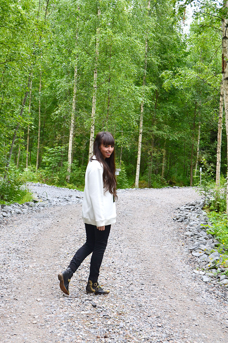 Travel, Finland, Savonranta, forest, vegetation, street style, sweatshirt, message sweatshirt, high waisted pants, studded boots