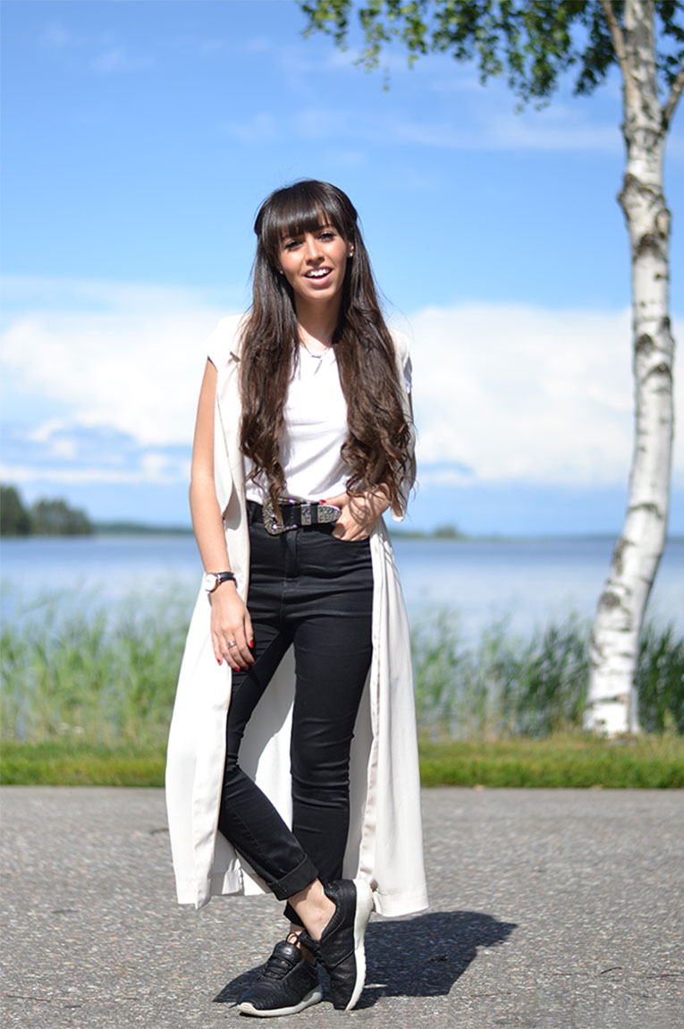 Street style, sneakers, high waisted pants, long trench vest, casual outfit, sneakers outfit