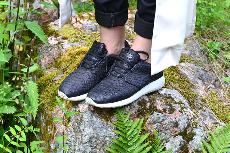 street style, trend, sneakers, chic, snake, uterqüe, black sneakers