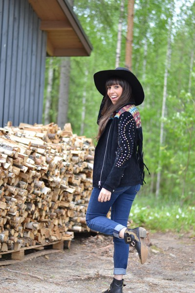Finland_kuopio_fringed-jacket-suede_black-hat_studded-boots_street-style_01-1
