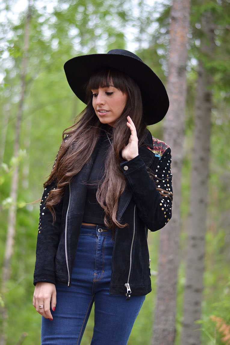 street style, fringes, fringed jacket, suede jacket, high waisted jeans, studded boots, crop top, black hat, nature, finland, lakes, kuopio