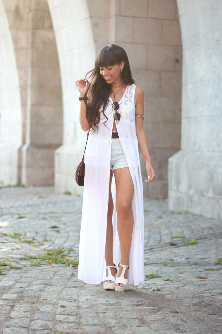 Street style, boho style, maxi blouse, long blouse, total white, ibiza, high waisted shorts, chunky shoes, massada sunglasses