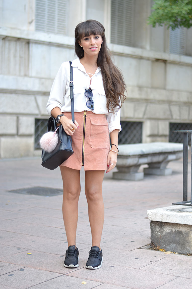 Street style, suede skirt, salmon skirt, A skirt, trapeze skirt, black sneakers, lace up shirt, bag pom pom, huawei smart watch, collaboration,
