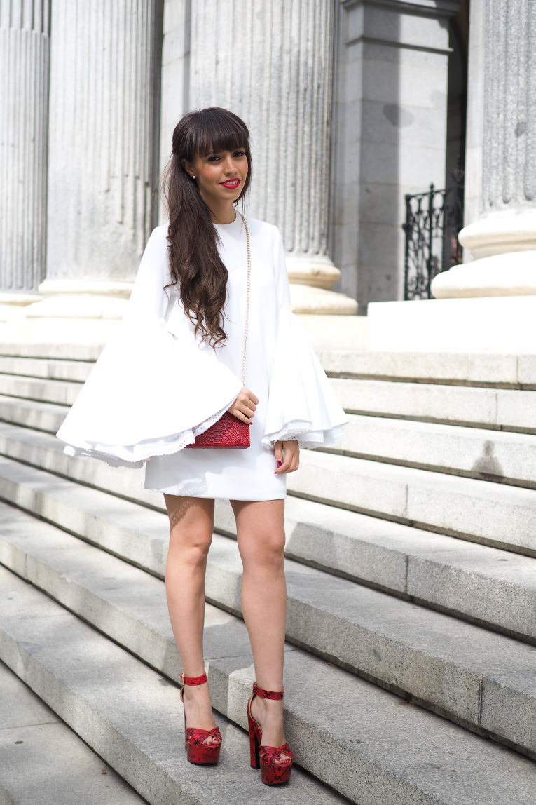 Street Style, Beatriz Peñalver, White dress, Flared Sleeves, Huawei smartwatch, Milan Fashion Week, Red heels, snake print