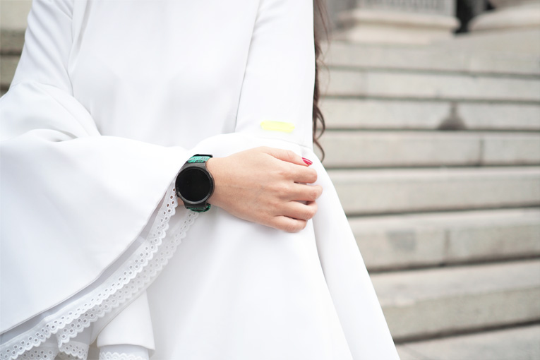 Street Style, Beatriz Peñalver, White dress, Flared Sleeves, Huawei smartwatch, Milan Fashion Week
