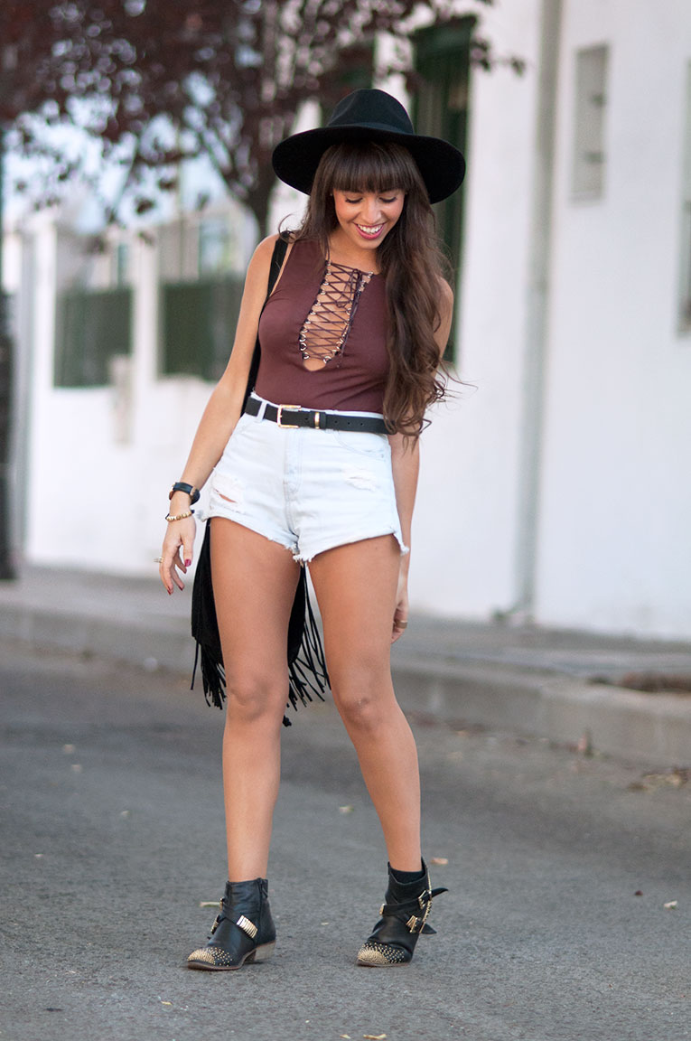 Street Style, Festival Outfit, Lace up bodysuit, high waisted shorts, black hat, studded boots