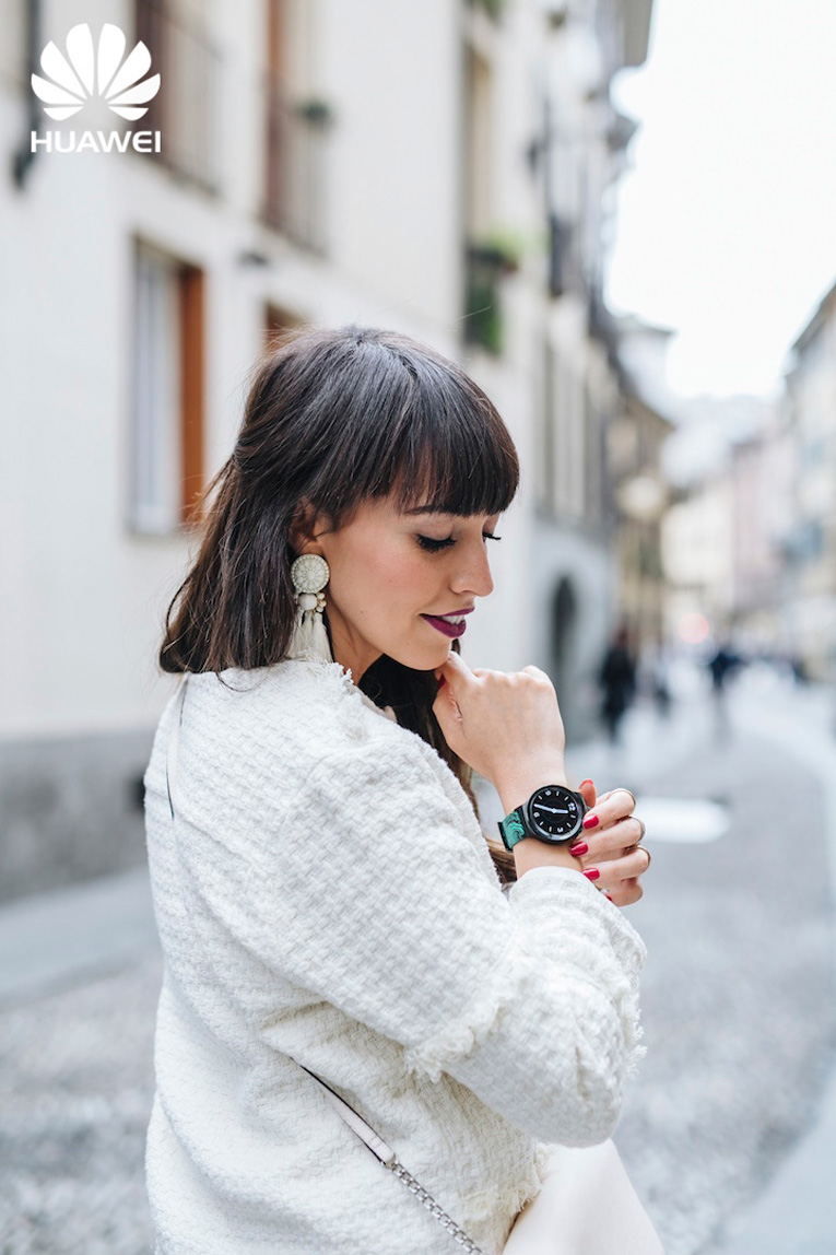 Street style Milan, Total white outfit, Huawei smartwatch, Milan Fashion Week, Big white earrings, Bloggers in Milan, Dos tacones para mi armario, Carlos Arnelas