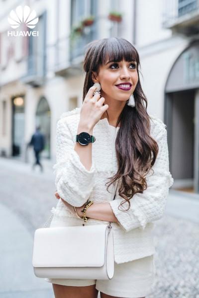 Street-style_Milan-Fashion-Week_total-white-outfit_huawei_smartwatch_28129