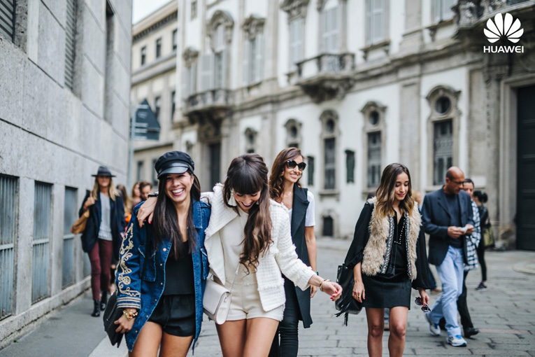 Street style Milan, Total white outfit, Huawei smartwatch, Milan Fashion Week, Big white earrings, Bloggers in Milan