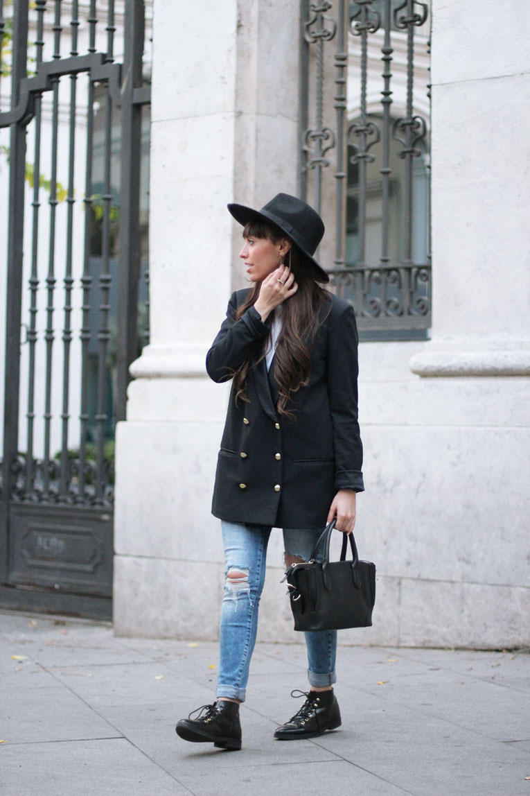Autumn outfit, long blazer, ripped jeans, black hat, street style