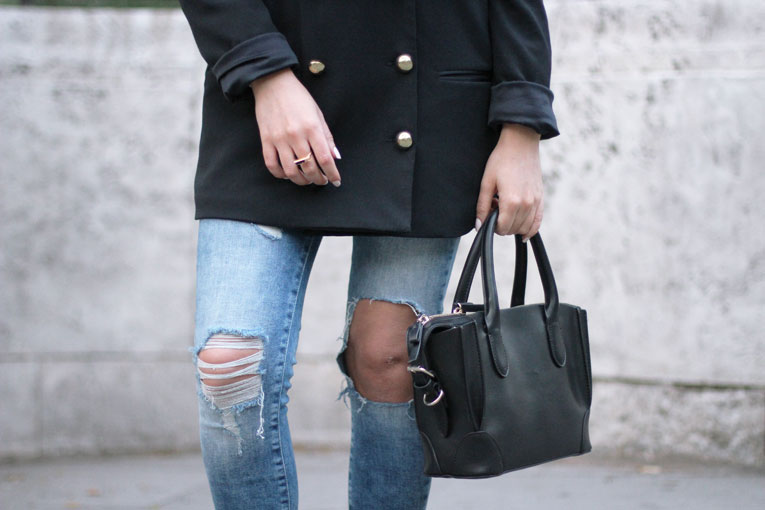 Autumn outfit, long blazer, ripped jeans, details, street style