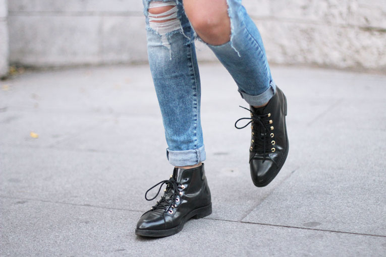 Autumn outfit, ripped jeans, black boots, details, street style