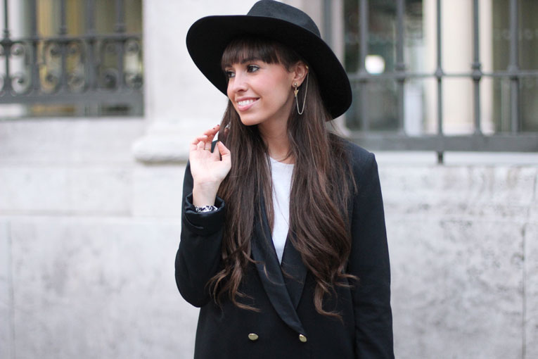 Autumn outfit, long blazer, earcuff, black hat, street style