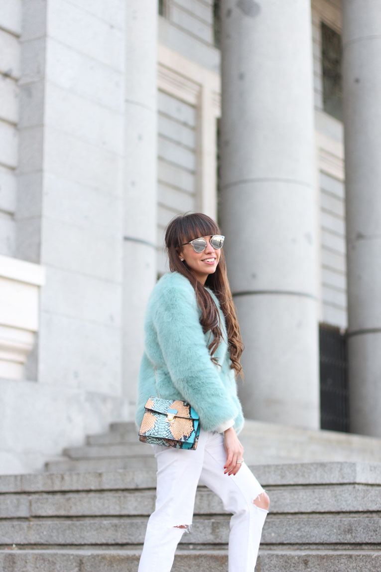 faux fur blue coat, total white outfit, white sneakers, gucci sunglasses, street style