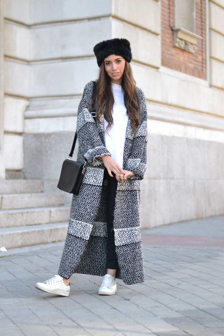 Street Style, Long Cardigan, Faux fur headband, white sneakers, black and white outfit, winter look