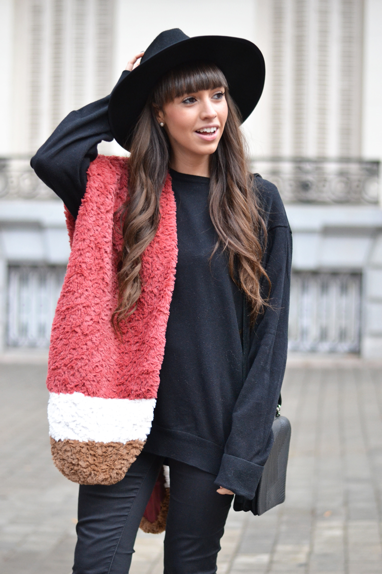 Street style, faux fur stole, total black outfit, black hat, winter outfit, autumn outfit