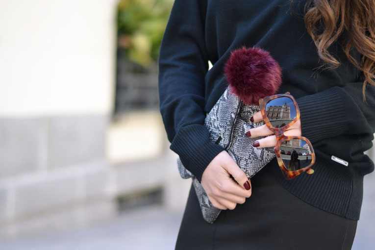 Street Style, casual look, total black outfit, backless sweater, midi skirt, lack sneakers, burgundy pom-pom, small scarf