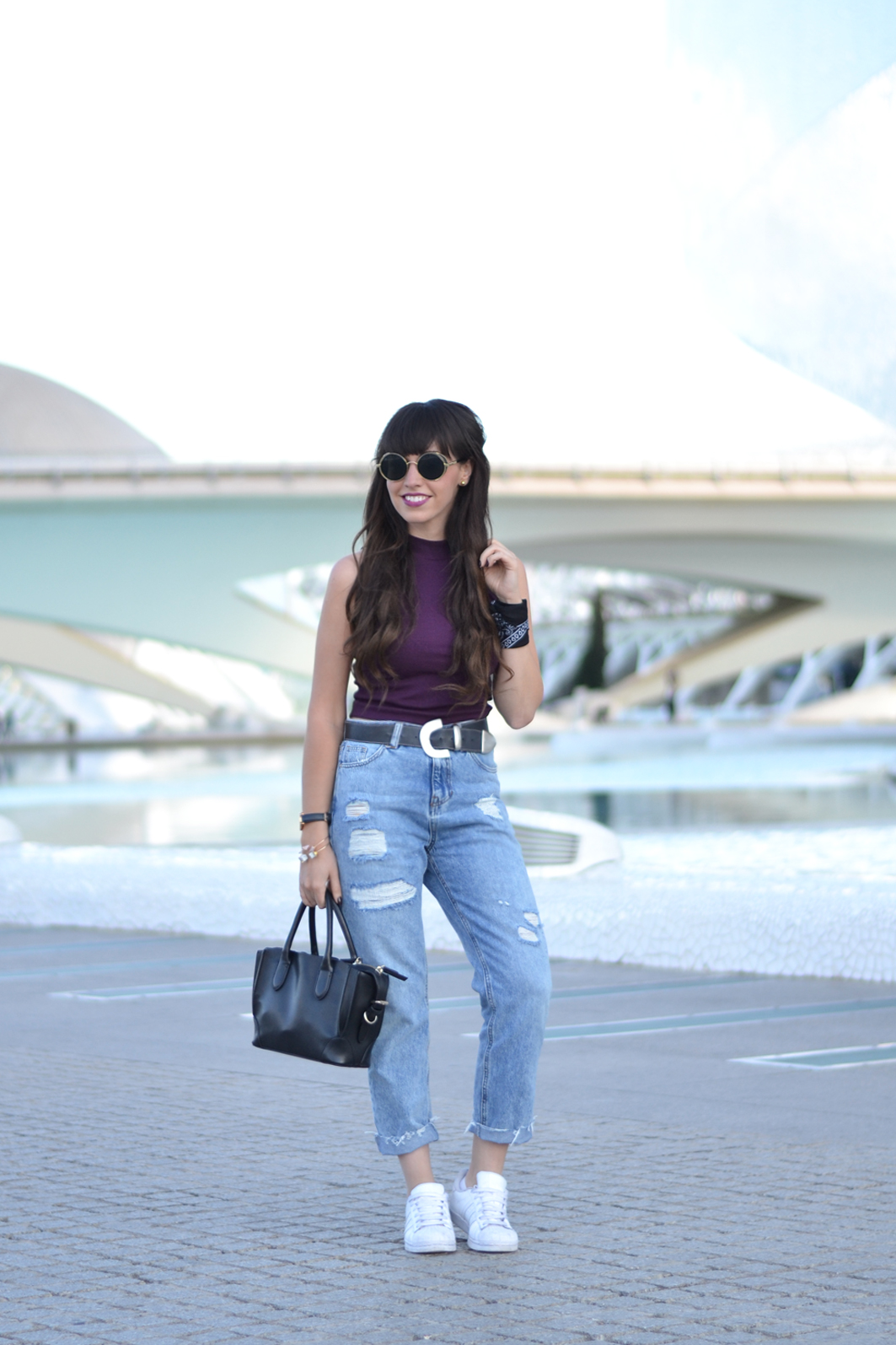 Casual outfit, mom ripped pants, sleeveless crop top, street style, Valencia,