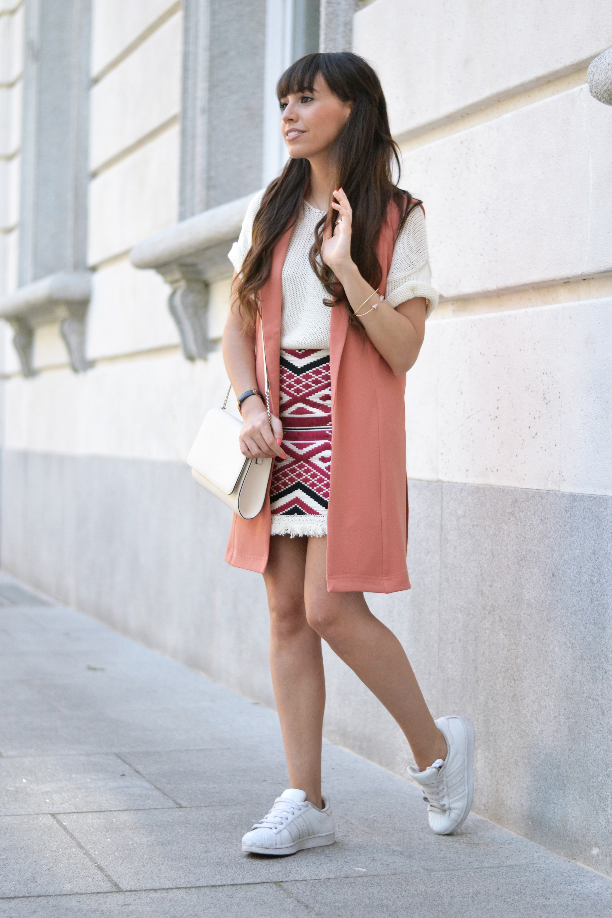 coral-spring-outfit_ethnic-print-skirt_street-style_08