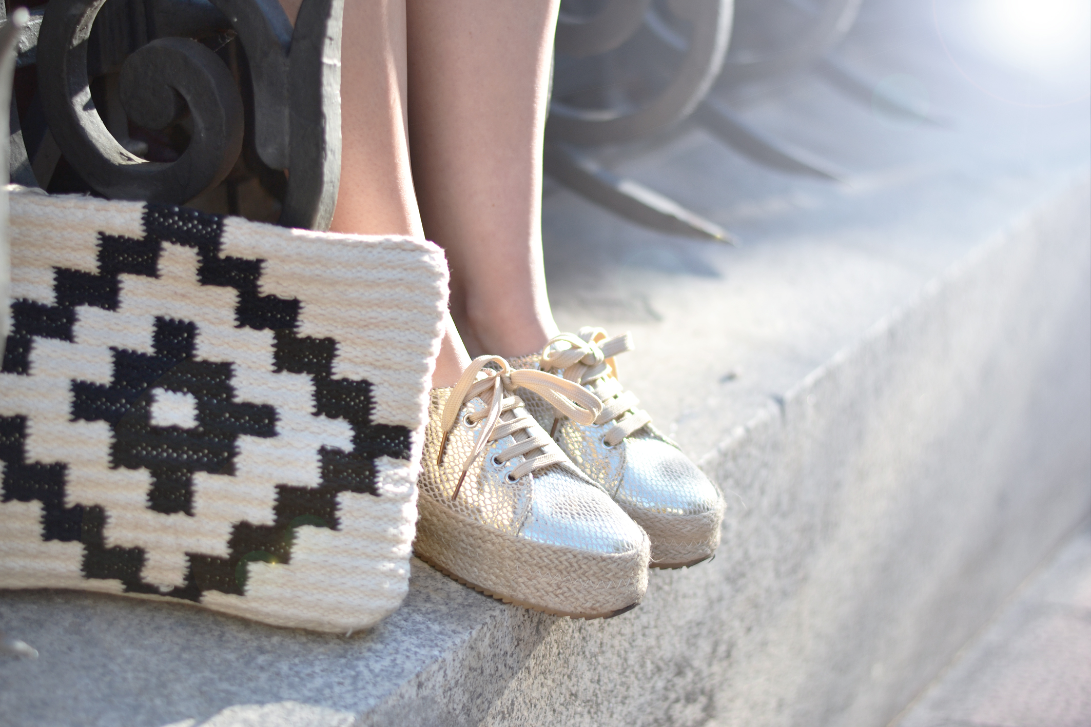 Street style, details, gold sneakers, flatforms, ethnic bag
