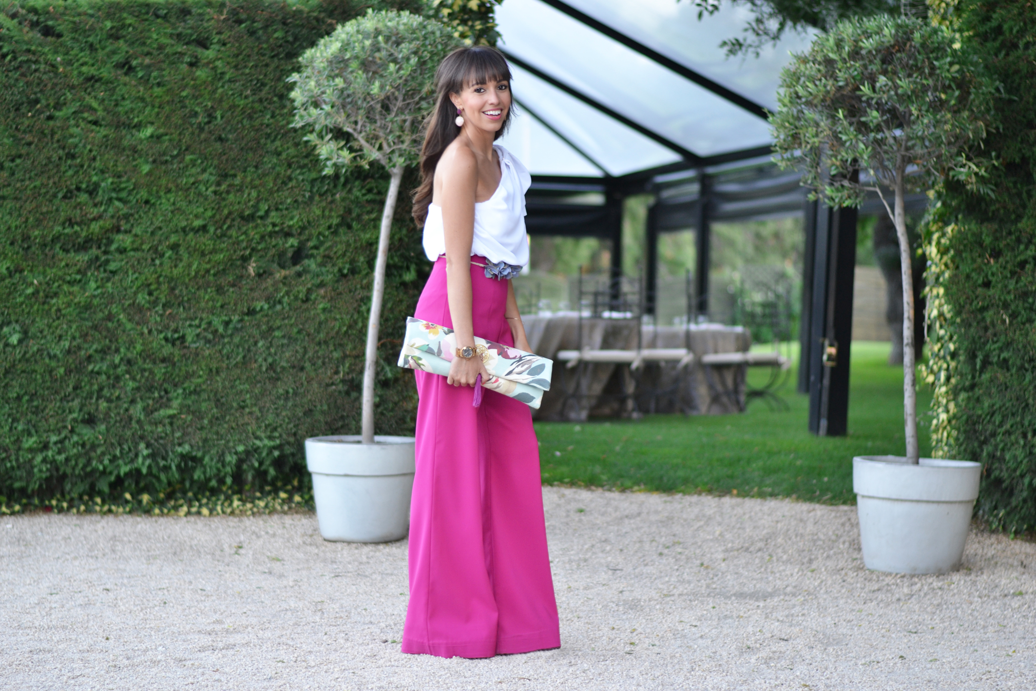 Summer-wedding_ palazzo-pants_ flower-belt_wedding-outfit_ceremony_street-style_(7)