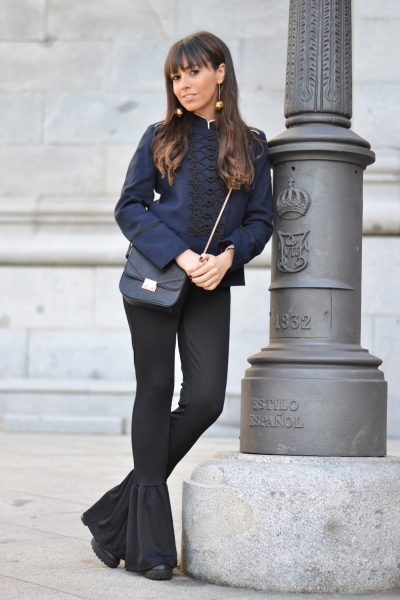 Street style, navy jacket, military jacket, flared pants, total black outfit, el mito de gea