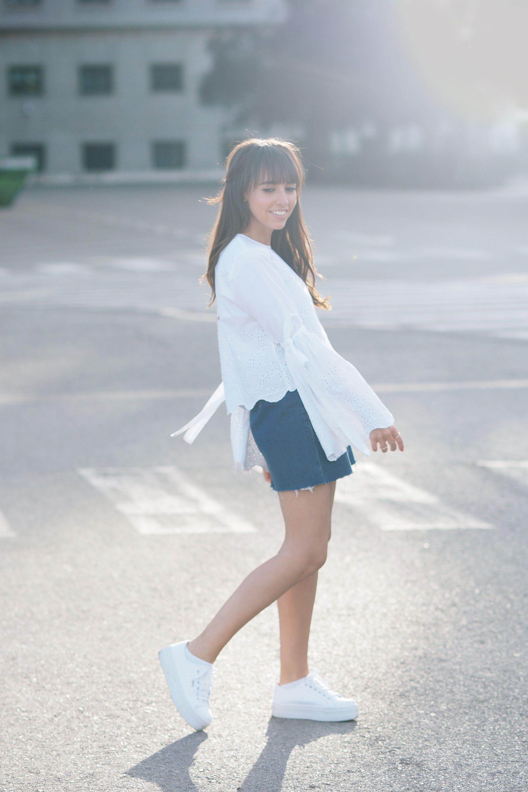 Summer vibes, street style, zapatillas victoria plataforma, flared sleaves, denim skirt, white sneakers
