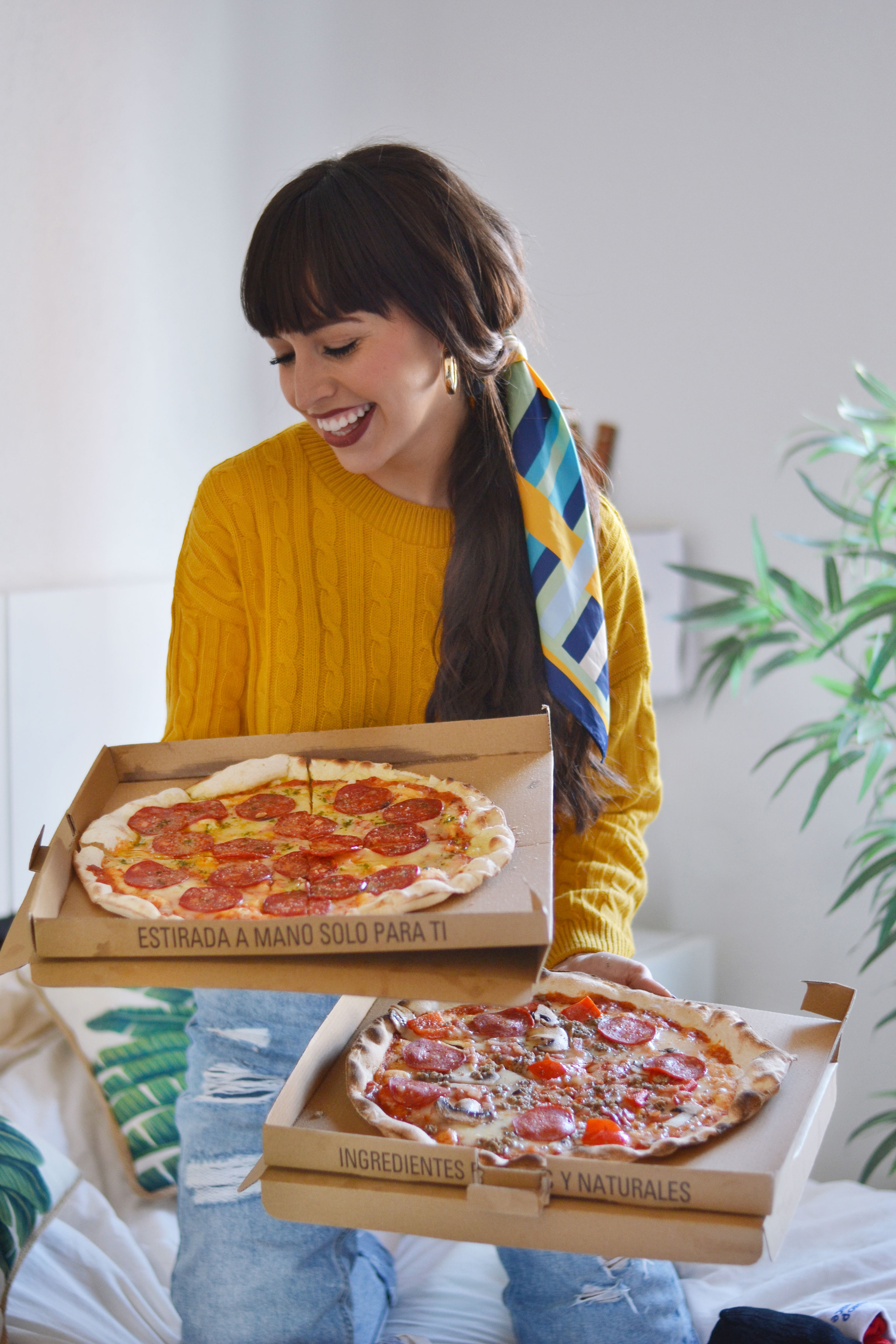 pizza-lover-yellow-sweater-scarf-ponytail_street-style_deliveroo_