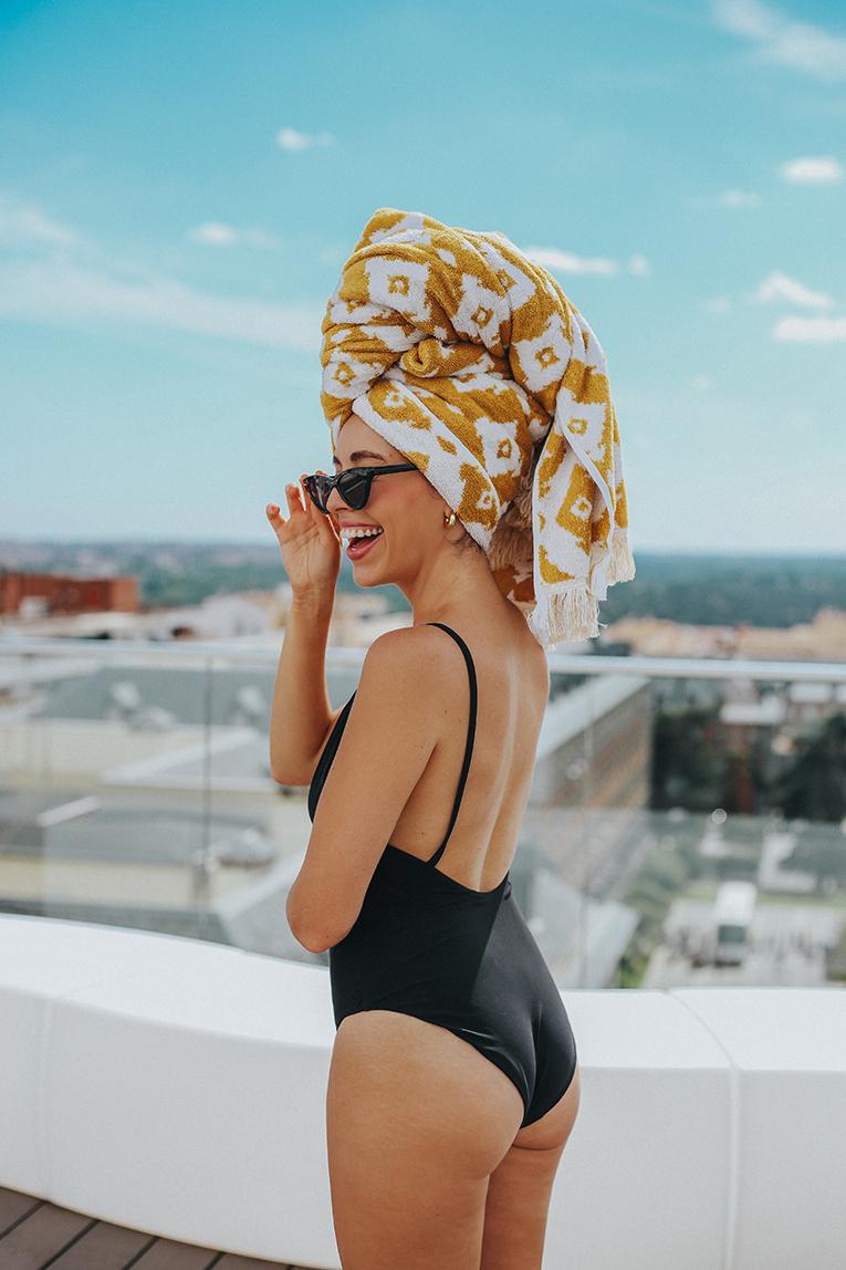 La redoute baño, coleccion verano, bañador negro espalda abierta, toalla en la cabeza, outfits verano, street style, bañadores